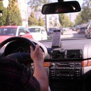 Handyhalterung im Auto während des Fahrens