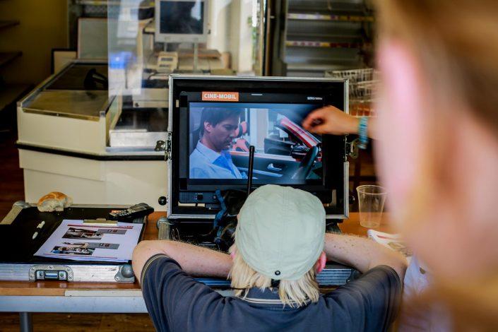 Mann guckt auf Bildschirm