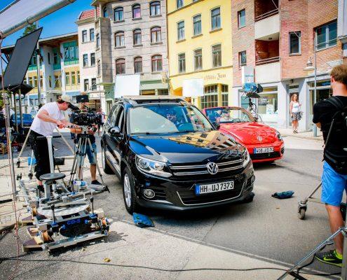 Zwei Autos und Kamera Leute