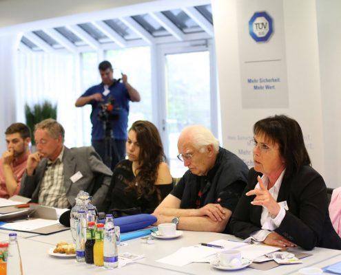 Mehrere Leute an einem Tisch zum Anlass einer Pressekonferenz