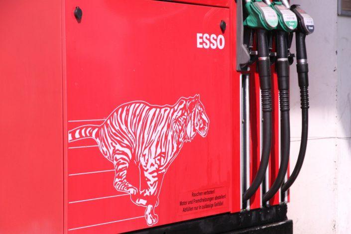 Zapfhahn einer Esso-Tankstelle mit Tiger-Aufdruck