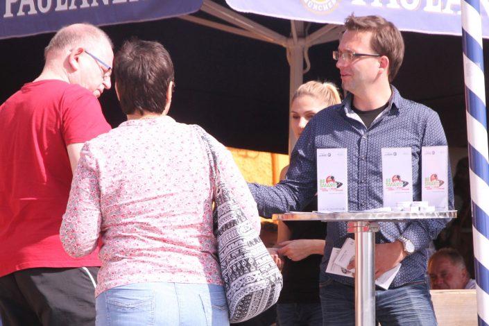 Ein Mann und eine Frau informieren Passanten über die Kampagne