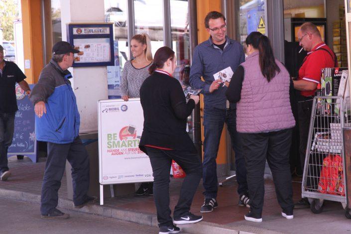 Einige Personen am Infostand von BeSmart in der Stadt