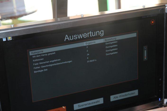 Auswertung auf dem Bildschirm des Fahrsimulators nach Beenden der simulierten Fahrt