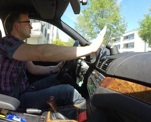 Ein Mann sitzt in einem Auto