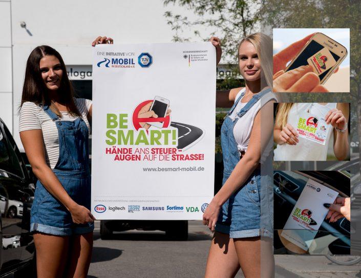 Zwei Mädchen halten ein BeSmart Plakat in den Händen