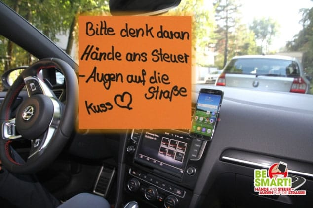 Innenaufnahme Auto mit Smartphonehalterung und Post-It