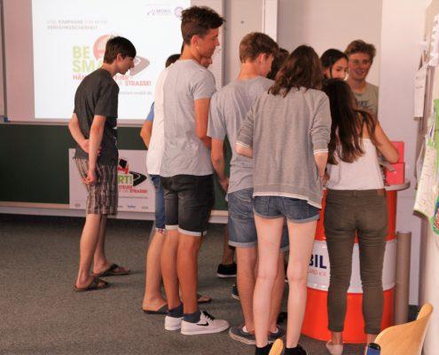 Einige Schüler vor dem BeSmart -Infostand in einem Klassenzimmer