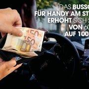 Mann mit Handy am Steuer und eine Hand die Geld aus einem Geldbeutel zieht.