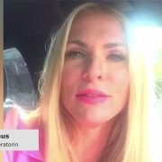 Moderatorin Sonya Kraus gegen Smartphone am Steuer