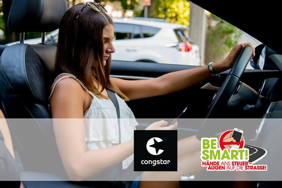 Frau mit Handy am Steuer und Logos von Congstar und BE SMART!